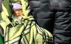 Nhờ người khác bồng con 10 ngày tuổi, người mẹ lên taxi đi mất dạng