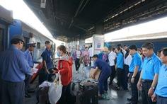 Nhiều khách trễ tàu về quê ở ga Sài Gòn