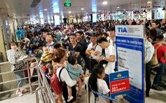 Máy bay liên tục hoãn chuyến, hành khách nằm, ngồi la liệt ở Tân Sơn Nhất