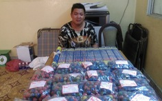 Thanh niên 20 tuổi ôm 2.500 viên pháo đứng trước cổng chùa Ông Bổn ở Chợ Lớn