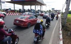 Du khách đổ về Vũng Tàu, quốc lộ 51 kẹt cứng, phải xả trạm
