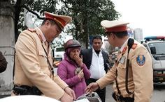 Cảnh sát giao thông ra quân kiểm tra nồng độ cồn ngày tết