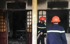 Thanh niên nghi 'ngáo đá' tự đốt nhà mình rồi cố thủ trong nhà