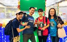 Hành khách tận hưởng 'cơn mưa' quà tặng từ Gift of happiness