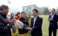 Đội tuyển nữ Việt Nam được lì xì trước khi lên đường sang Hàn Quốc