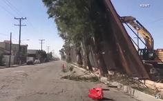'Bức tường biên giới' của ông Trump xém đổ vì gió mạnh