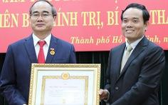 Bí thư Thành ủy TP.HCM Nguyễn Thiện Nhân nhận huy hiệu 40 năm tuổi Đảng