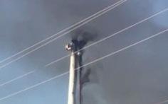 Tuôcbin trụ điện gió ở Tuy Phong bốc cháy dữ dội