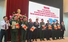 Tặng sách về Tổng bí thư, Chủ tịch nước Nguyễn Phú Trọng cho chiến sĩ hải đảo