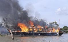 Tàu du lịch đang đậu bốc cháy dữ dội kèm nhiều tiếng nổ lớn