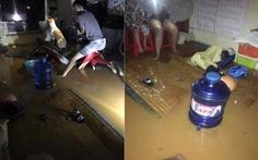 Sau cơn mưa đêm, nhiều nhà ở Lào Cai ngập trong nước, bùn đất