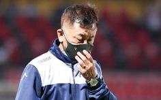 HLV CLB TP.HCM bỏ họp báo, trợ lý mỉa mai tổ trọng tài sau trận thua Hà Nội FC