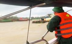 6 sà lan đứt neo trôi dạt Cửa Đại, bộ đội biên phòng cứu hộ 6 công nhân an toàn