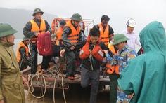 Bộ đội vượt sóng dữ cứu 16 thuyền viên trên tàu hàng mắc cạn