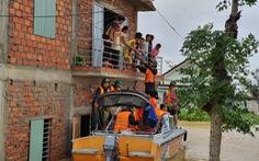 Đem mì tôm, nước sạch cứu dân bị cô lập 3 ngày ở rốn lũ Quảng Trị