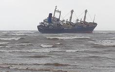 Cứu 16 thủy thủ trên tàu hàng mắc cạn ở biển Hà Tĩnh
