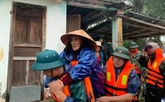 Xe đặc chủng và cano sẽ tiếp tế đồ ăn, nước uống cho bà con bị lũ cô lập ở Huế