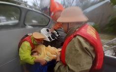 Giải cứu hơn 200 người dân vùng ngập lũ sâu đến nơi an toàn