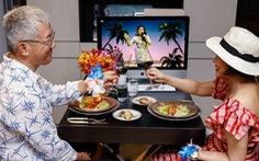 Nhà giàu Singapore vui vẻ ăn tiệc, gây quỹ qua màn hình máy tính