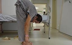 Người đàn ông 22 năm cong gập người, chỉ nhìn thấy bàn chân