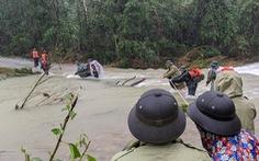 Bộ đội dầm mưa, bám dây vượt khe nước tiếp cận thủy điện Rào Trăng 3