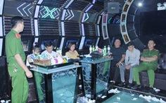 12 nam thanh nữ tú 'bay, lắc' trong quán karaoke
