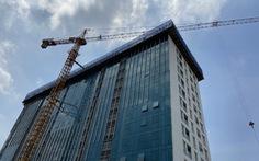 Đã cắt xong 'ngọn' tầng 18 tòa nhà 8B Lê Trực