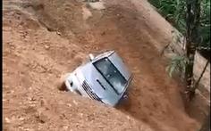 Clip ôtô 'trôi' xuống vực do sạt lở
