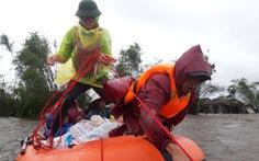 Theo chân đội xuồng hơi giải cứu gần 100 người mắc kẹt trong lũ