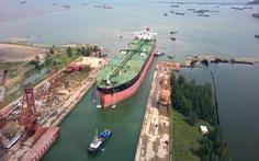 Cận cảnh lai dắt tàu khủng to hơn tàu sân bay vào bờ ở Dung Quất