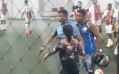 Đội nhà thất bại, cổ động viên cầm súng lục vào sân dọa bắn cầu thủ đội khách