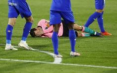 Cột dọc, xà ngang và... Griezmann 'đánh bại' Messi cùng Barca