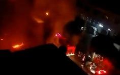 Xưởng gỗ cháy ngùn ngụt trong đêm, cháy lan sang nhà dân