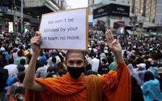 Hàng chục ngàn người Thái đội mưa biểu tình, bất chấp lệnh cấm
