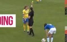 Cầu thủ nhận 2 thẻ vàng vẫn đá hết trận vì trọng tài... 'quên đuổi'