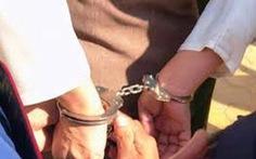 Bắt nghi phạm trói chân, còng tay, bịt mắt bảo vệ trung tâm Anh ngữ cướp của