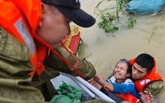 Nước lên nhanh có chỗ 3 mét, dân Quảng Bình tất tả chạy lũ