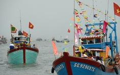 Hàng trăm tàu thuyền dự lễ hội Nghinh Ông