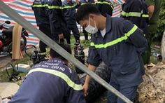 Người đàn ông tử vong trong hố ga, lực lượng PCCC hút khí độc đưa nạn nhân ra ngoài