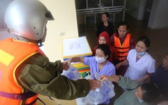 Nhiều đoàn tiếp tế đến 'rốn ngập' Quảng Bình nhưng thiếu ca nô chở hàng