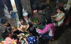 Vừa dọn dẹp lũ, các cô giáo mầm non Huế vừa nấu bánh tét tặng bà con Quảng Bình