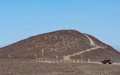 Phát hiện hình vẽ con mèo có niên đại 2.000 năm trên quả đồi ở Peru
