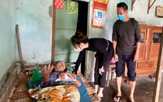 Nhiều nghệ sĩ đi miền Trung cứu trợ, Thủy Tiên nhận quyên góp hơn 100 tỉ đồng