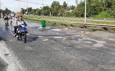 Quốc lộ ở miền Tây bong tróc nặng do triều cường
