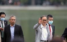 Thủ tướng Nhật Bản Suga giản dị dạo Hồ Gươm