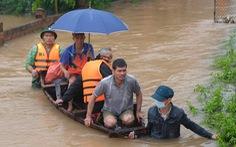 Dân ở rốn lũ Hà Tĩnh đứng ở nóc nhà bật khóc khi nhận quà cứu trợ