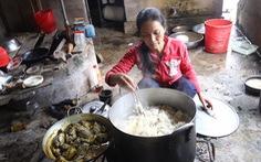 2 vợ chồng nghèo vay gạo nấu cơm, cưu mang hơn 60 người dân chạy lũ