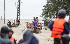 Bến đò cứu trợ cho dân ở rốn lũ Quảng Bình