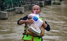 Suất cơm, gói mì nghĩa tình giữa nước lũ tứ bề ở Cẩm Xuyên