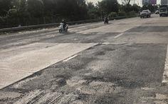 Quốc lộ 1 đoạn vào cầu Mỹ Thuận nứt nẻ và nhiều ổ gà